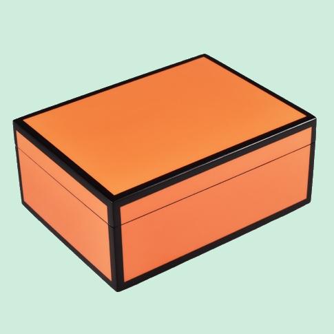 Boite rectangulaire orange et noire