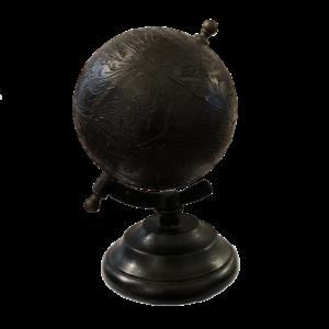 Globe en cuir gravé